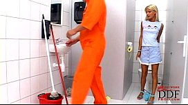 โม็คควยเลียไข่ หลุดในห้องน้ำxxx สาวฝรั่งลูกครึ่ง น้ำแตกคาหน้า