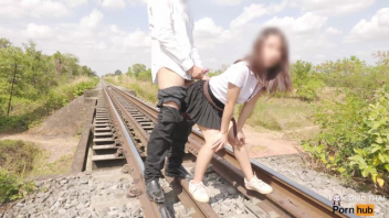 เอากัน เย็ดบนรางรถไฟ เปลี่ยนที่เย็ด หีนักศึกษา ยืนเย็ด